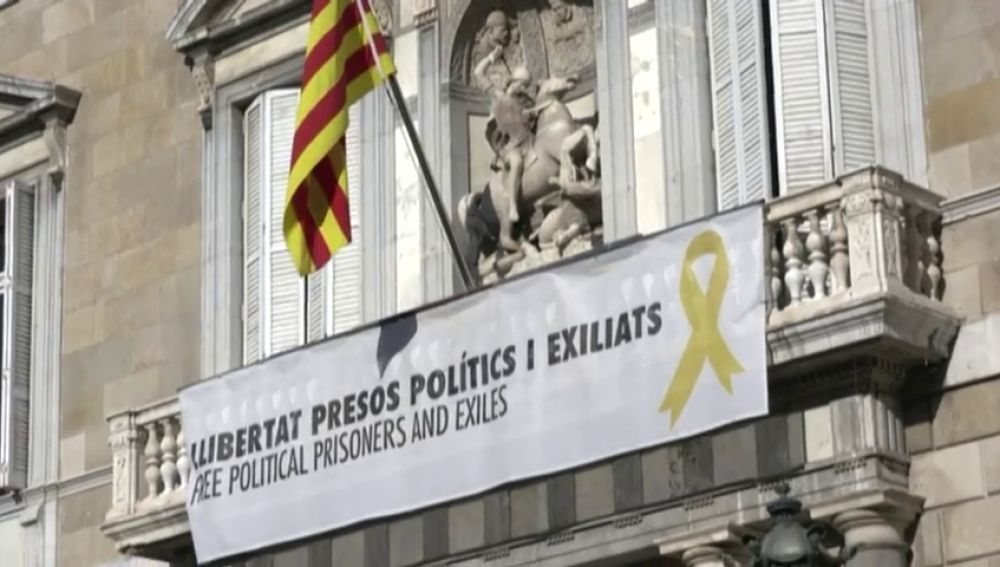 Pancarta de apoyo a los presos en el Palau de la Generalitat