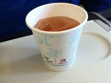 Por qué no deberías pedir café o té en el avión