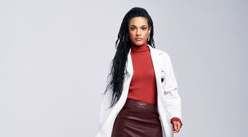 Freema Agyeman interpreta a la Dra. Helen Sharpe en 'New Amsterdam'