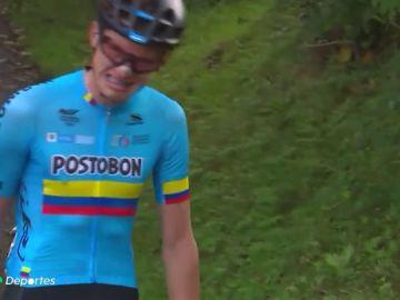 La desgarradora imagen de un ciclista que rompe a llorar tras quedarse tirado a 77 Kilómetros de la meta
