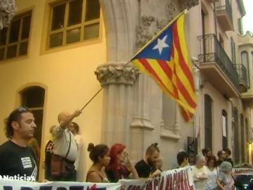 El Gobierno dice que el 155 todavía no y los independentistas mantienen el apoyo a los detenidos