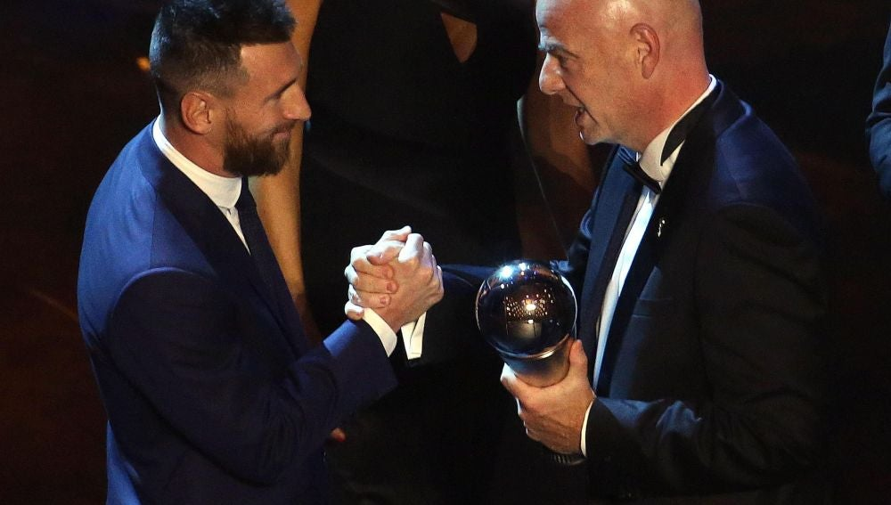 Leo Messi recibe el premio The Best de las manos de Gianni Infantino