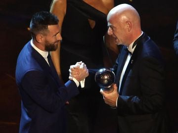 Leo Messi recibe el premio The Best de las manos de Gianni Infantino