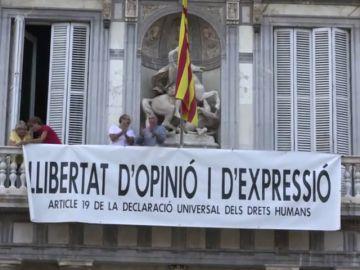 Vuelven a colocar otra pancarta en la Generalitat después de quitar la de los presos