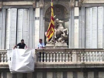 Retiran la pancarta de apoyo a los presos de la fachada de la Generalitat