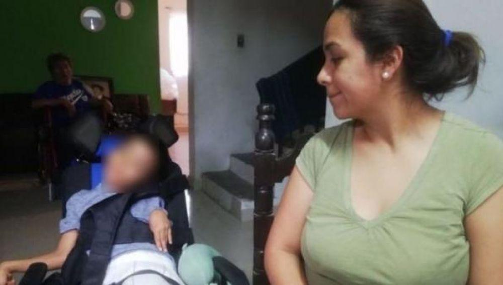 Iker Fuentes, un niño de 5 años, fue diagnosticado de parálisis cerebral espástica cuadripléjica tras intoxicarse con los metales de una pila que mordió.