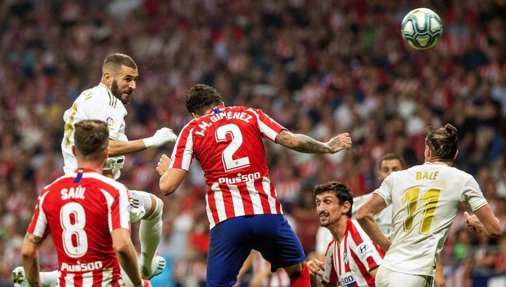 Karim Benzema cabecea un balón en el derbi del Metropolitano