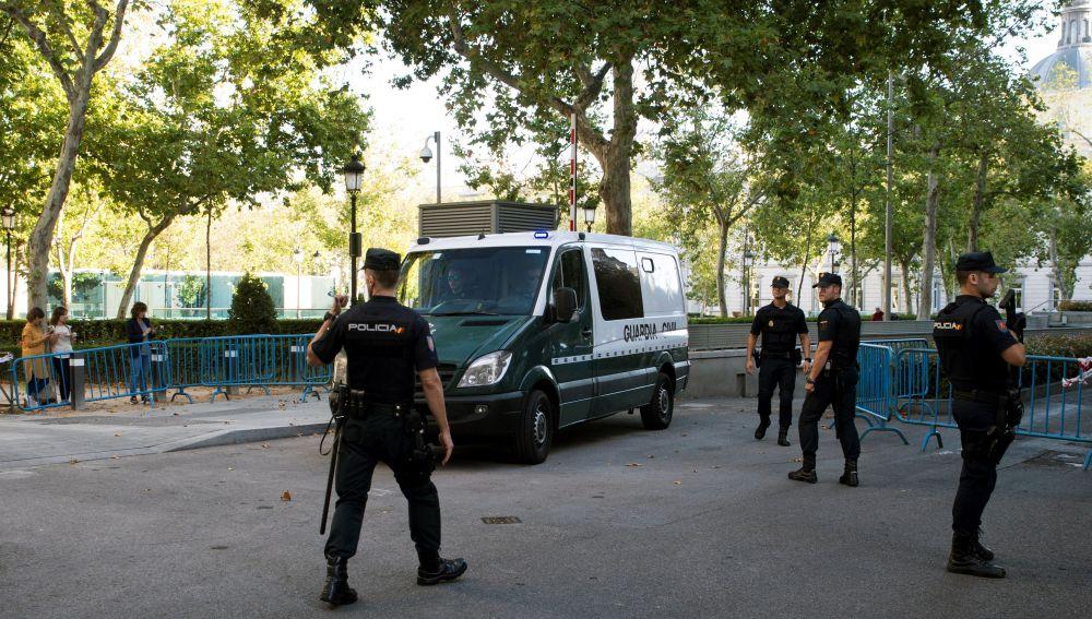 Un vehículo de la Guardia Civil en el traslado de siete miembros de los CDR detenidos