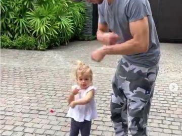 Enrique Iglesias bailando junto a su hija