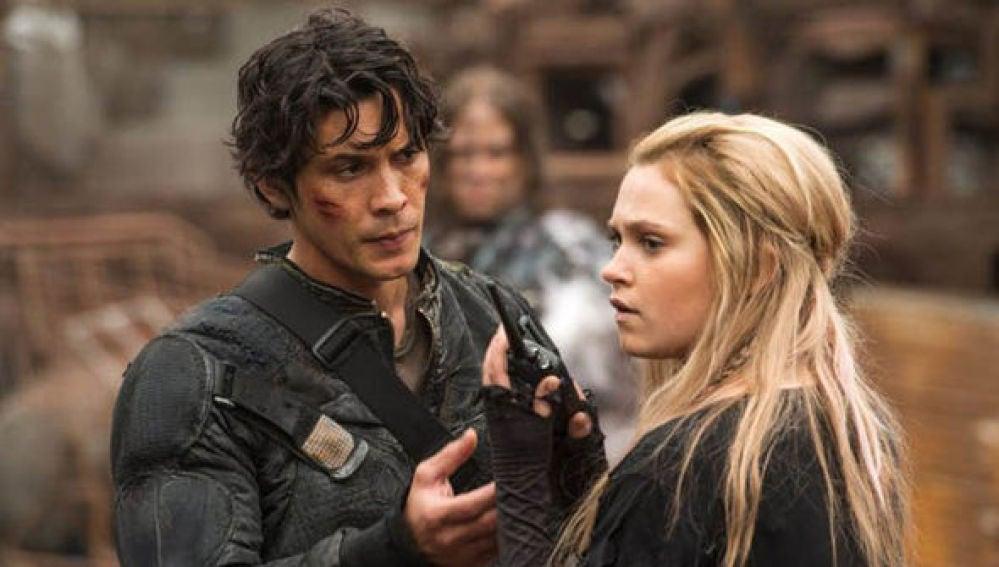 Bob Morley y Eliza Taylor como Bellamy y Clarke en 'Los 100'