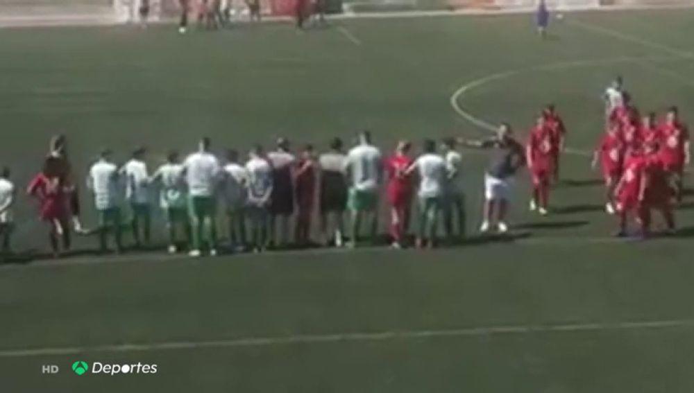 Los jugadores de un partido de tercera infantil detienen el juego en protesta por una pelea entre padres