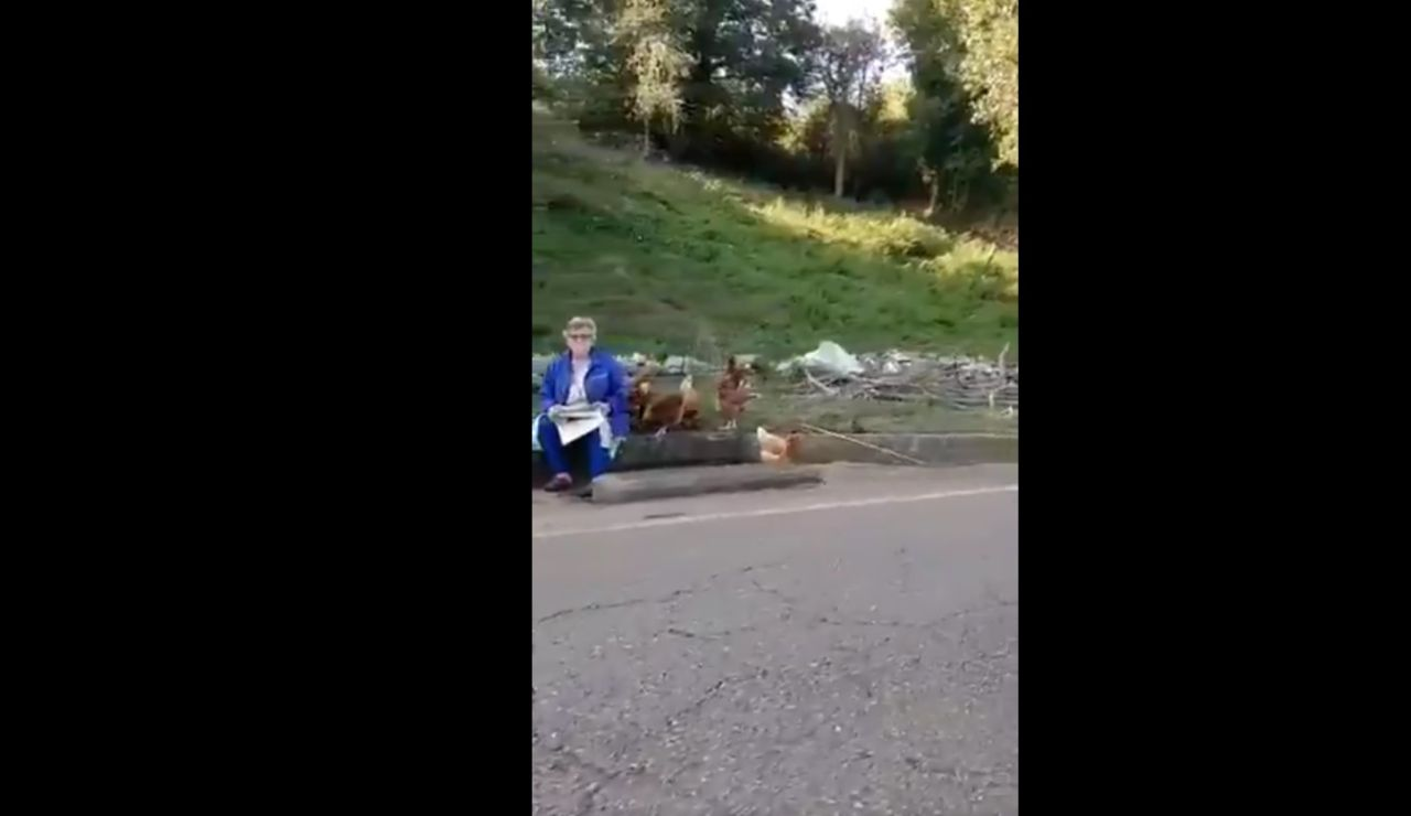 La señora junto a las gallinas