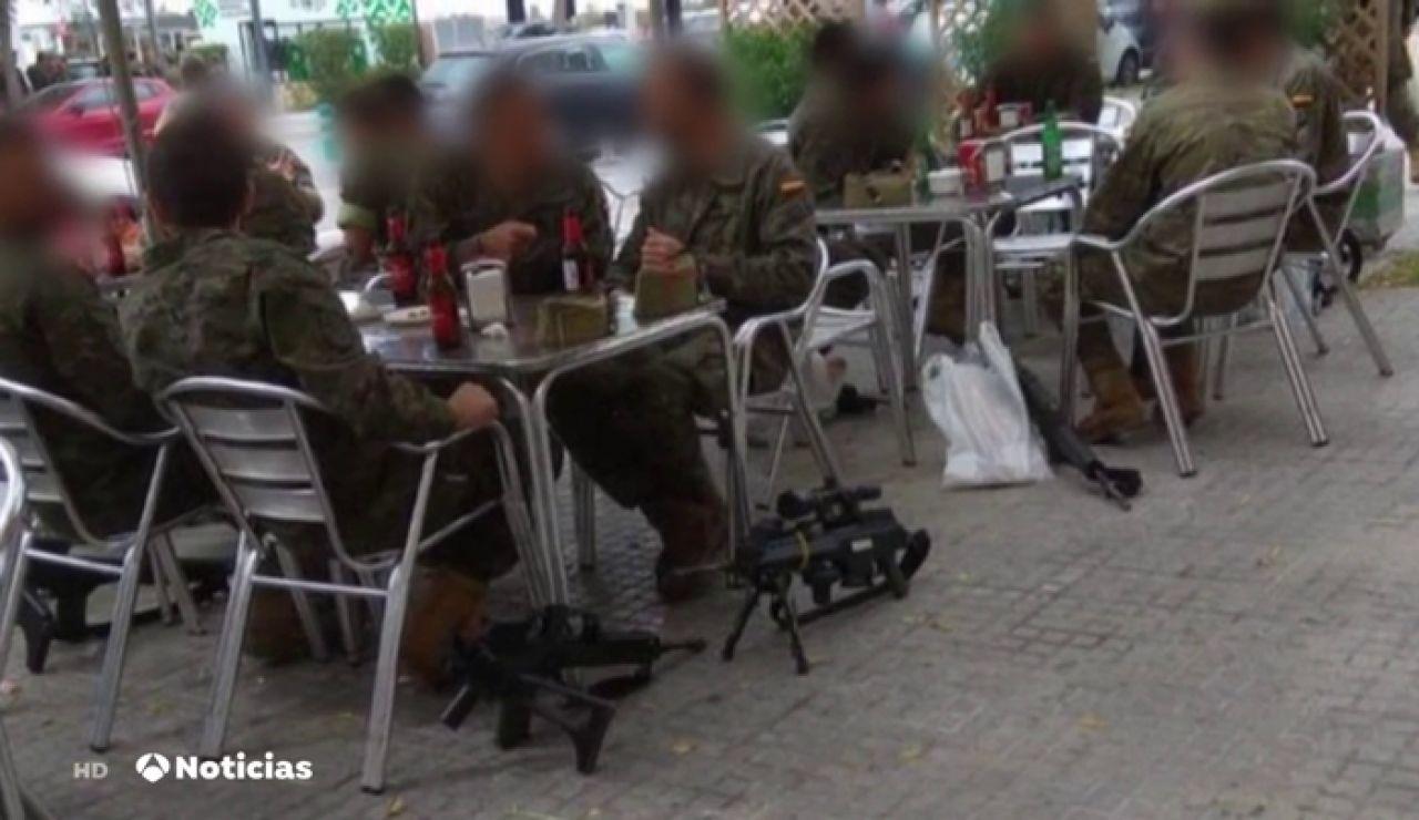 La fotografía de unos legionarios tomando cervezas con sus armas revoluciona las redes