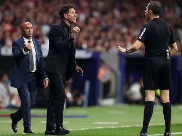 Simeone habla con el árbitro José Luis González