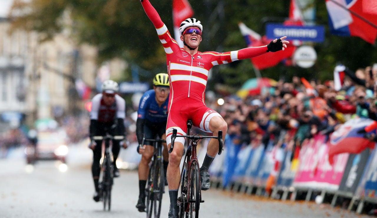 Mads Pedersen cruza primero la línea de meta en el Mundial 2019 de ciclismo