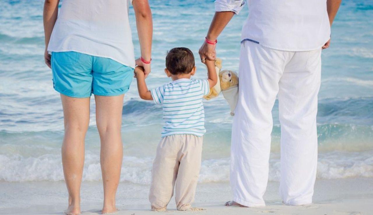 Una pareja con su hijo