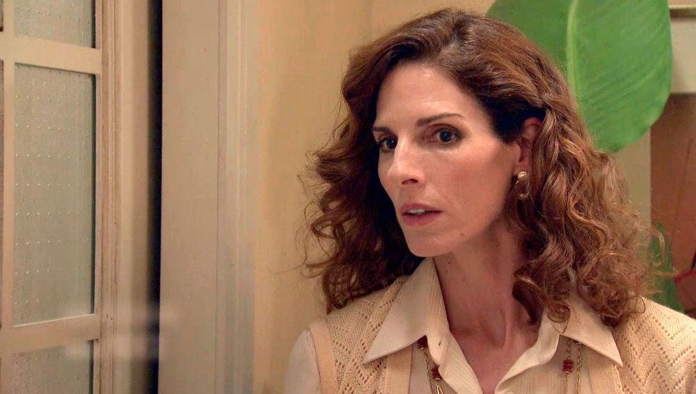Julia evita una redada en el despacho de abogados