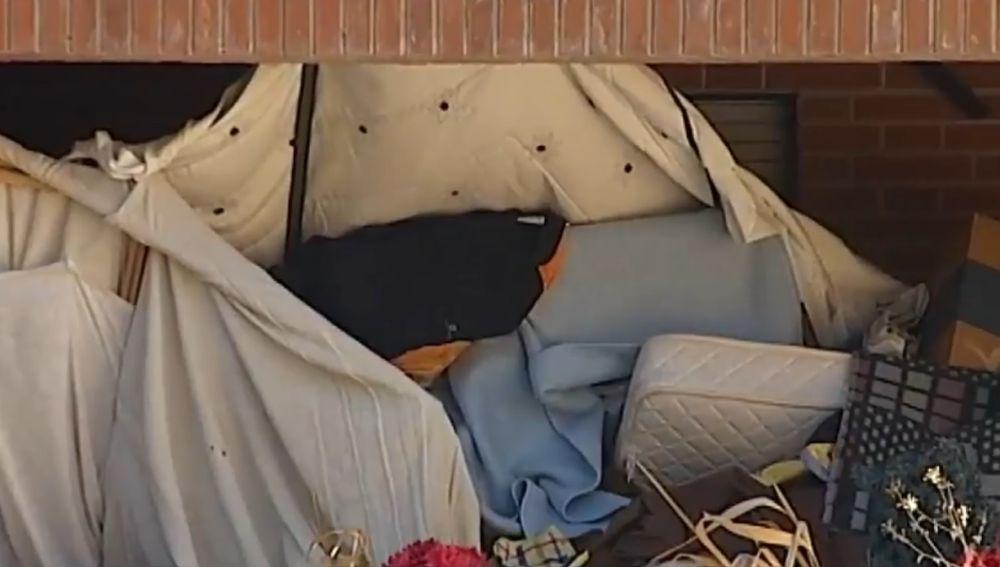 Una comunidad de vecinos llevan dos años denunciando la cantidad de basura que acumula un vecino en su vivienda