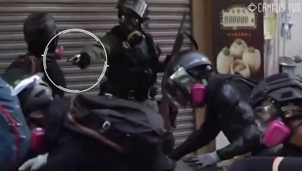 La policía dispara contra los manifestantes en Hong Kong