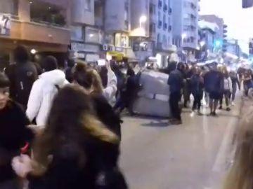 Los independentistas tiran contenedores al suelo en Girona durante una protesta por el 1-O