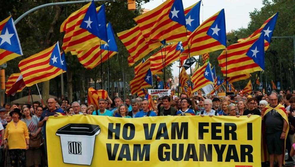 """Varios manifestantes portan una pancarta con el mensaje """"Lo hicimos y ganamos"""""""