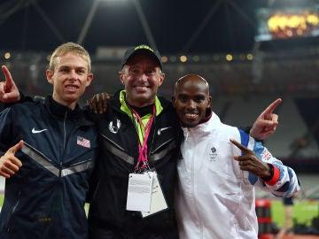 Mo Farah, a la derecha, y Salazar en el centro