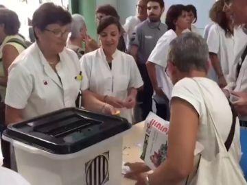 Médicos del Clínico de Barcelona organizan una votación como la del 1-O a la entrada del hospital público