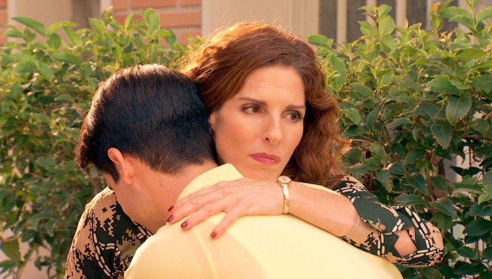 Mateo se disculpa con su madre tras descubrir la infidelidad de su padre en las revistas