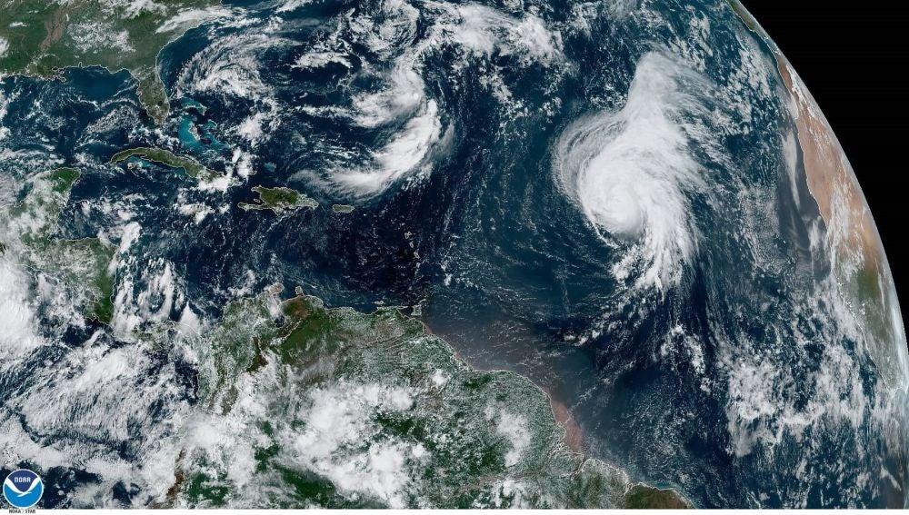 Imagen del Centro Nacional de Huracanes del estado del huracán Lorenzo (abajo dcha.)
