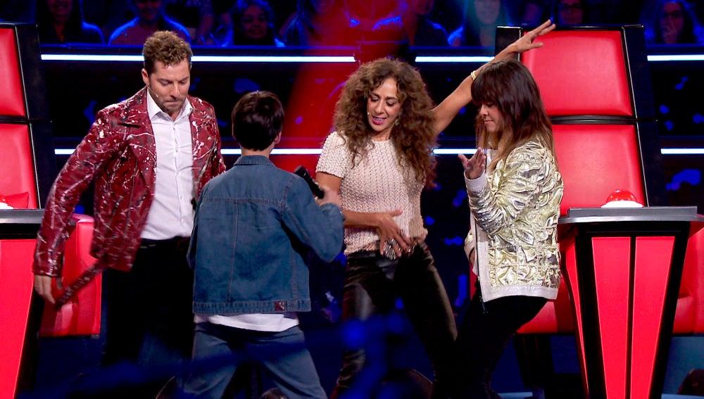 Los coaches bailan con Luis Giménez tras su actuación en las Audiciones a ciegas de 'La Voz Kids'