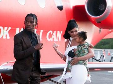 Kylie Jenner y Travis Scott con su hija Stormi