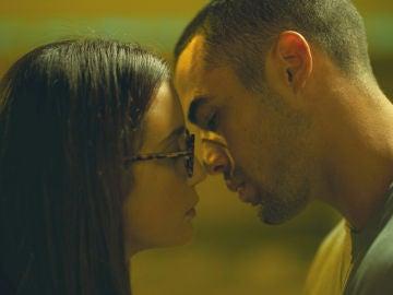 Triana y Hugo no pueden contener su atracción y se besan