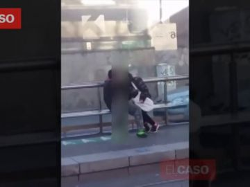 Graban a una pareja practicando sexo en mitad de la calle en Barcelona