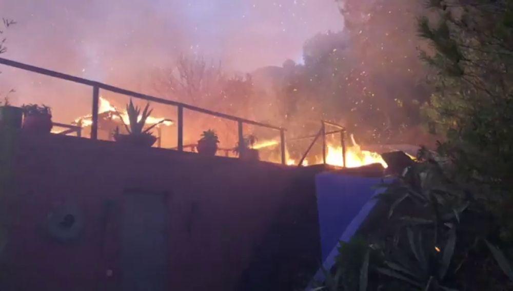 Desalojadas una decena de viviendas en Casares por un incendio