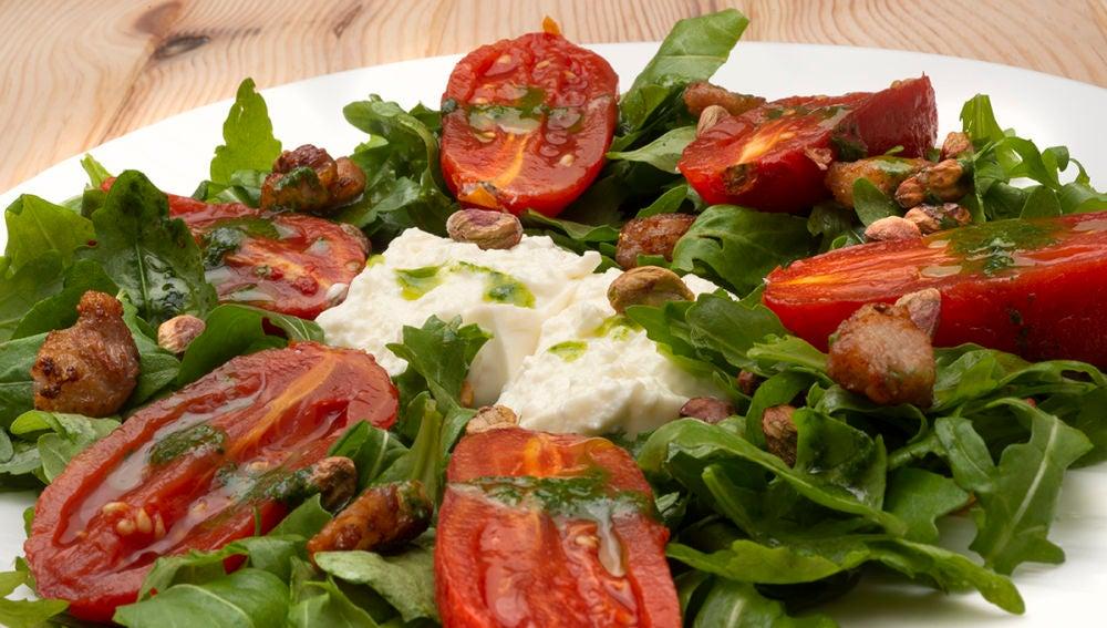 Ensalada de rúcula, burrata y tomates asados