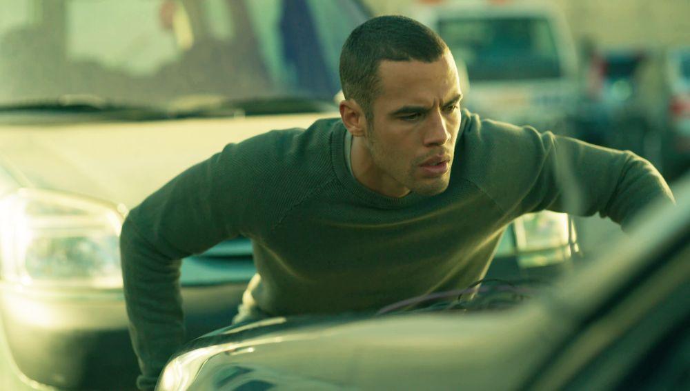Hugo descubre algo muy alarmante en el coche en el que murió el forense