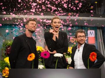 """Karlie Kloss, Ed Skrein y Pablo Motos recrean la escena de las flores del anuncio que les unió: """"Es como una ruleta rusa"""""""