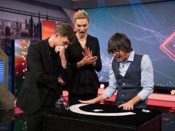 Luis Piedrahita deja a Karlie Kloss y Ed Skrein boquiabiertos con su alucinante truco de magia en 'El Hormiguero 3.0'