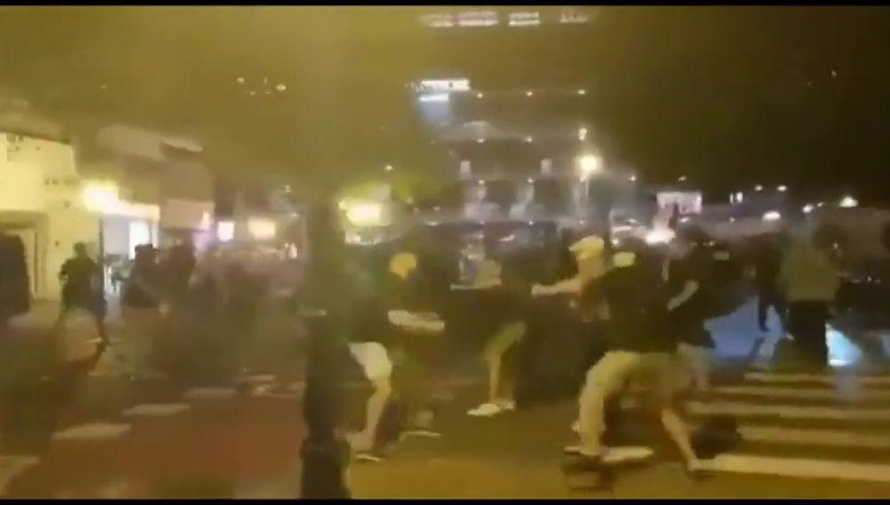 Los ultras del Ajax la lían en Valencia y llenan de espuma la fuente de la Plaza de la Virgen