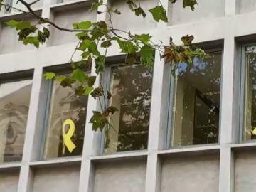 Comienzan a retirar los lazos amarillos de edificios públicos en Cataluña