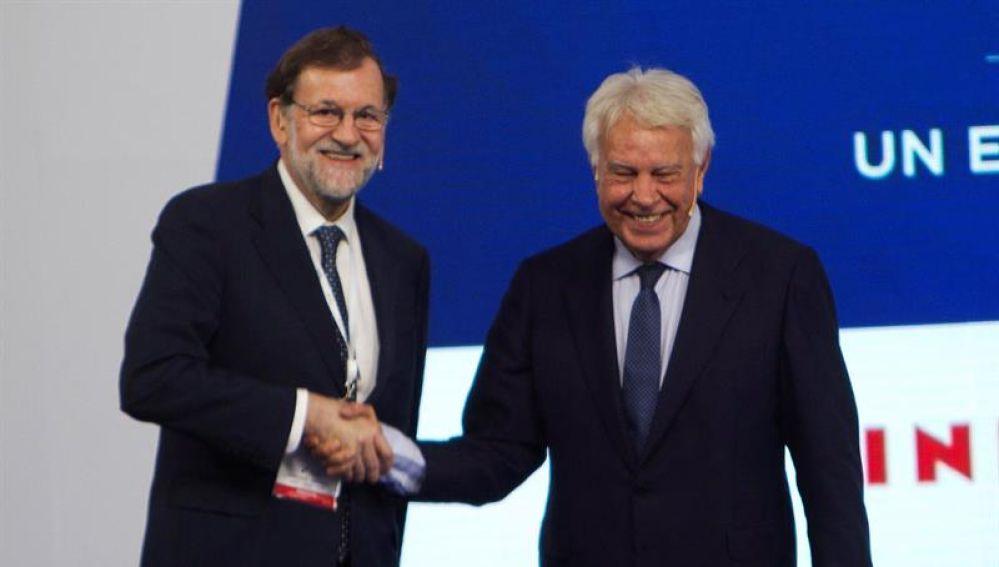 Los expresidentes del Gobierno, Mariano Rajoy y Felipe González