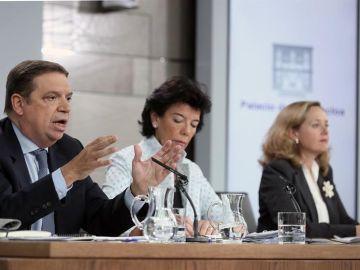 Luis Planas, Isabel Celaá y Nadia Calviño durante la rueda de prensa posterior al Consejo de Ministros