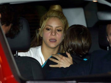 Shakira con su hijo dentro del coche