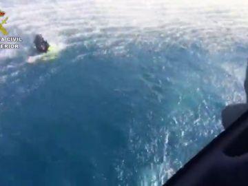 Unos narcotraficantes rescatan a tres guardias civiles que cayeron al mar en Málaga en una operación antidroga