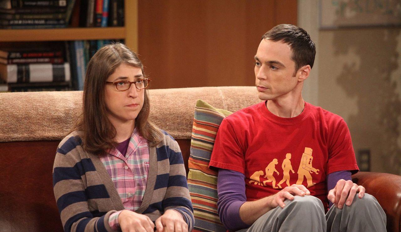 Jim Parsons y Mayim Bialik, Sheldon Cooper y Amy en 'The Big Bang Theory'