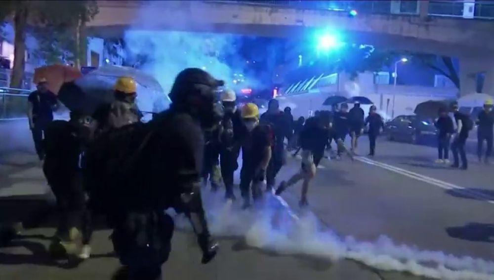La Policía de Hong Kong vuelve a lanzar gas lacrimogenos contra los manifestantes por la  ley anti-máscaras
