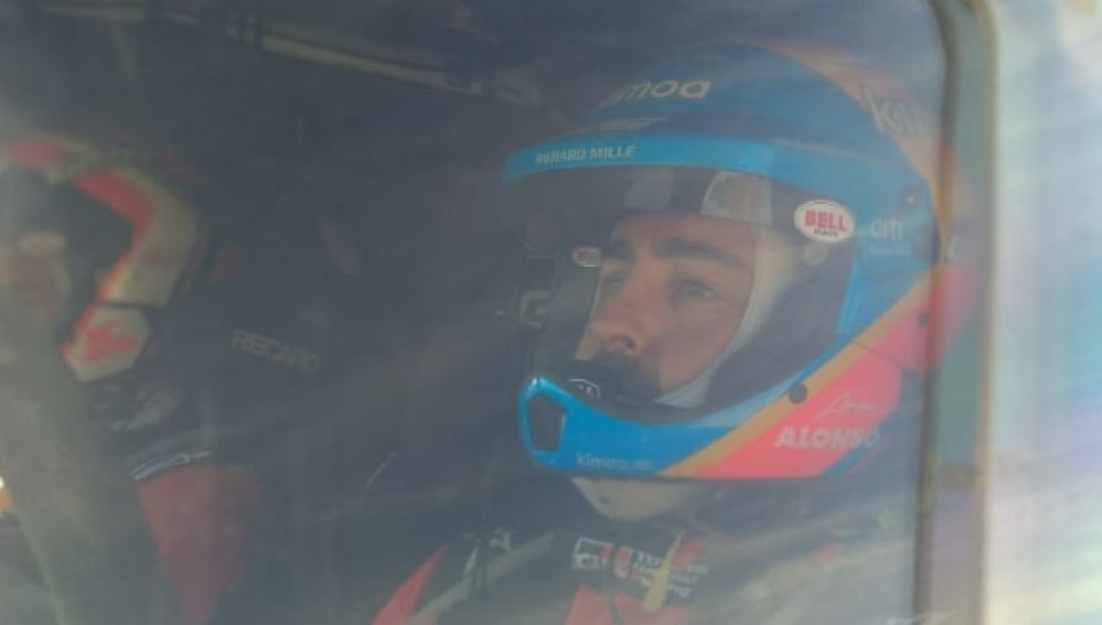 Fernando Alonso, a bordo de su Toyota en el rally de Marruecos