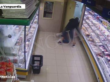 Graban el robo violento con pistola de un hombre en un supermercado de Barcelona