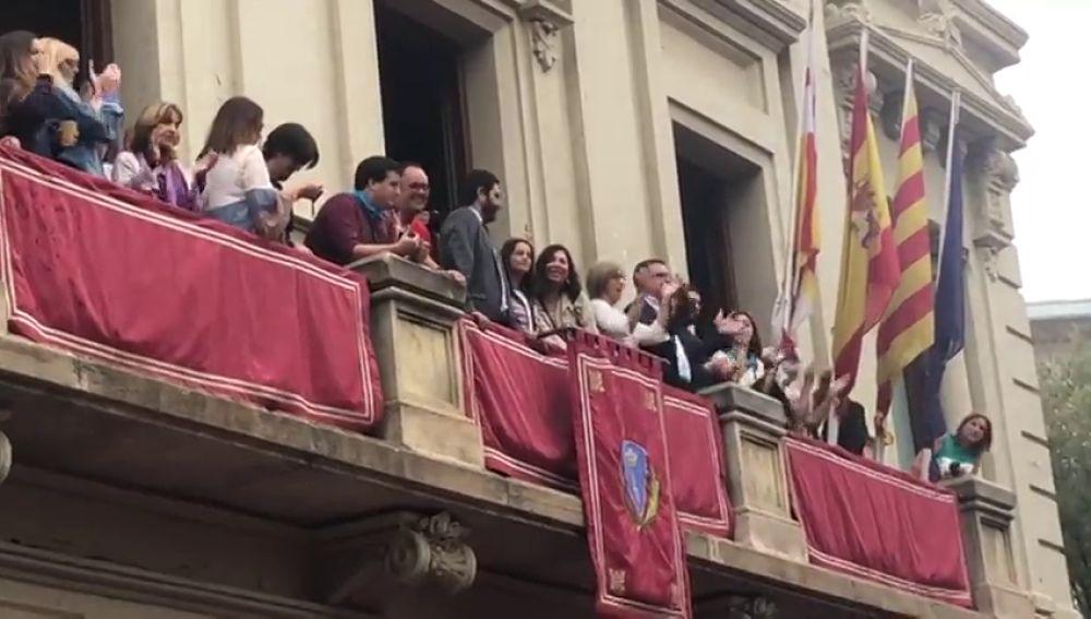 Radicales independentistas increpan e insultan a Inés Arrimadas en la actuación 'castellera' de Les Corts