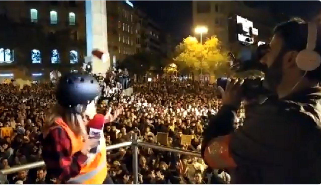 Momento en el que agreden a una periodista en Barcelona